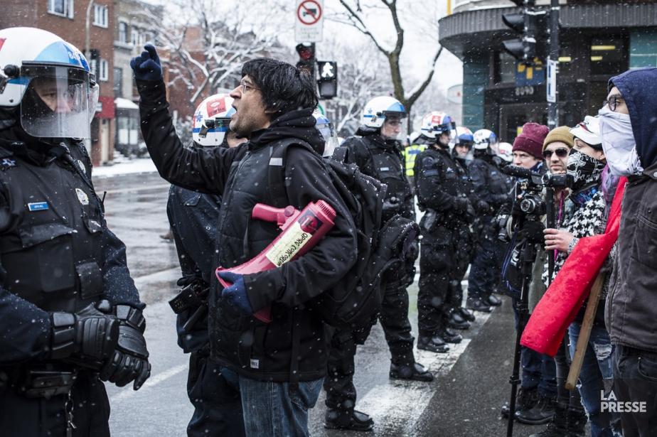 Un manifestant anti-PEGIDA demande au policier de laisser... (PHOTO EDOUARD PLANTE-FRECHETTE, LA PRESSE)