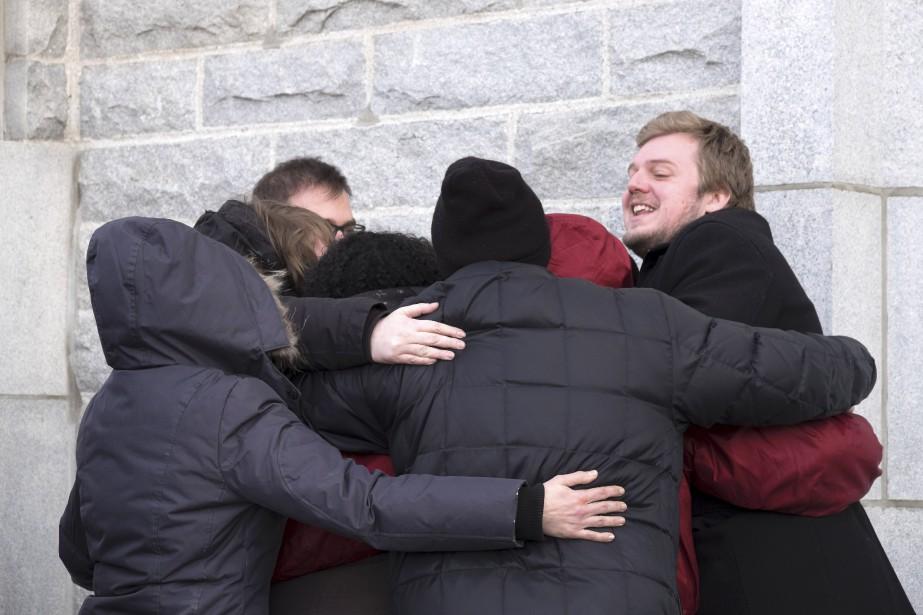 Les amis des victimes se réconfortaient avant d'entrer dans l'église. (AFP,  FLORENCE CASSISI)