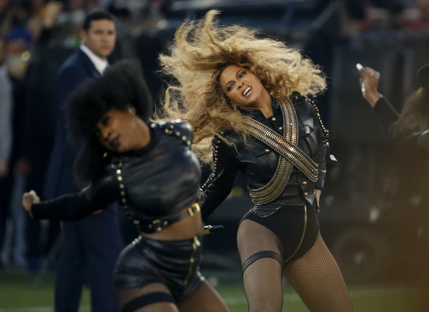 Beyonce participait aussi au spectacle de la mi-temps. Parmi les pièces interprétées durant la mi-temps, figurait <em>Formation</em>, le nouveau titre de la chanteuse. (AP, Matt Slocum)