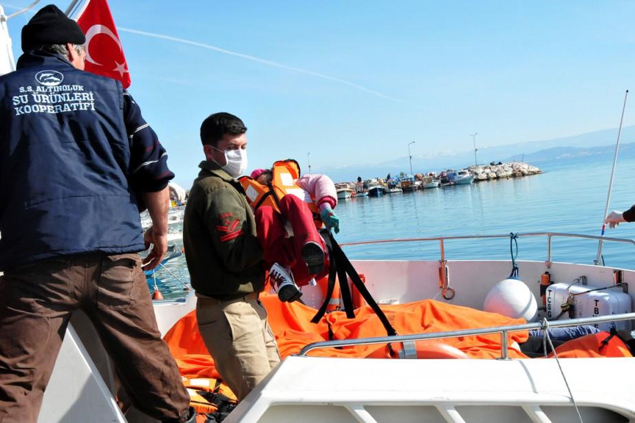 Un garde-côte turc porte le corps d'un enfant... (PHOTO AFP/STR)