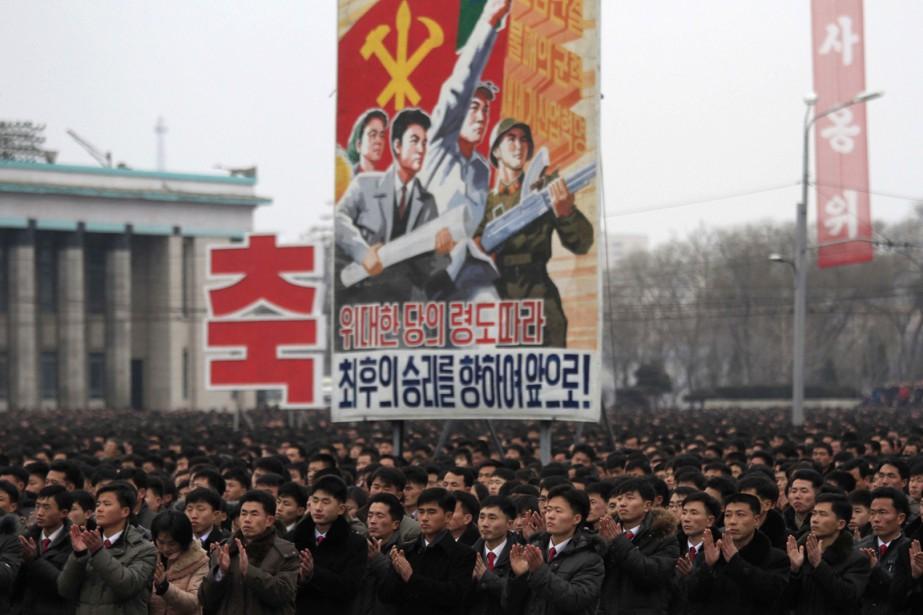 Des Nord-Coréens célèbrent un des lancements opérés par... (Photo AP)