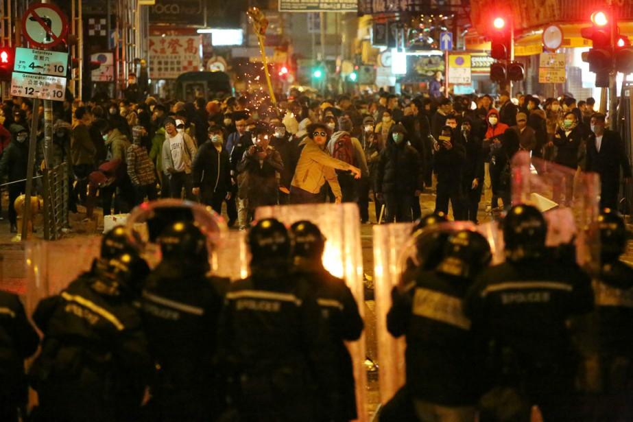 Les troubles ont éclaté lorsque les autorités ont... (PHOTO EDWARD WONG, AFP/SCMP)