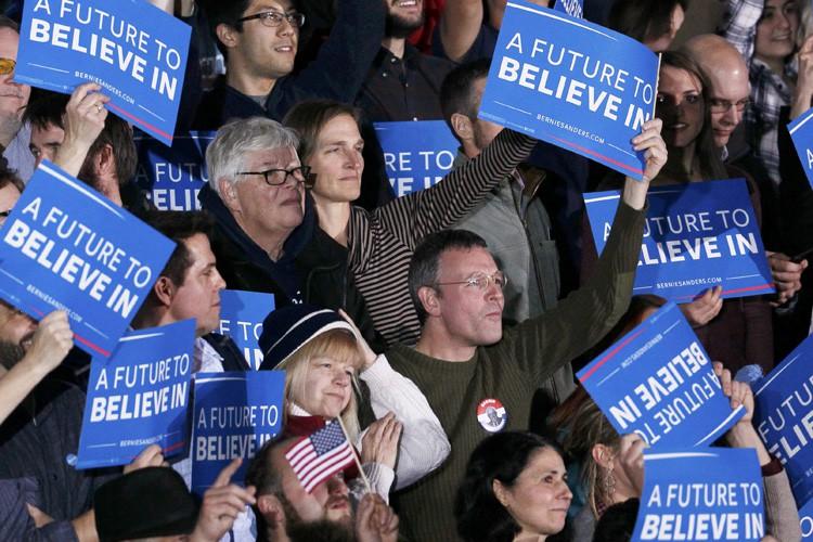 Des supporters de Bernie Sanders célèbrent à Concord,... (PHOTO REUTERS)
