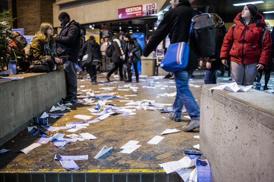 Des centaines de tracts jonchaient le sol du... (Photo Edouard Plante-Fréchette, La Presse)