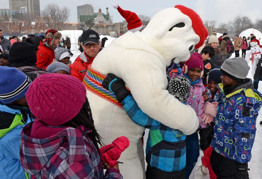Bonhomme Carnaval était fort populaire auprès des jeunes. (Le Soleil, Erick Labbé)