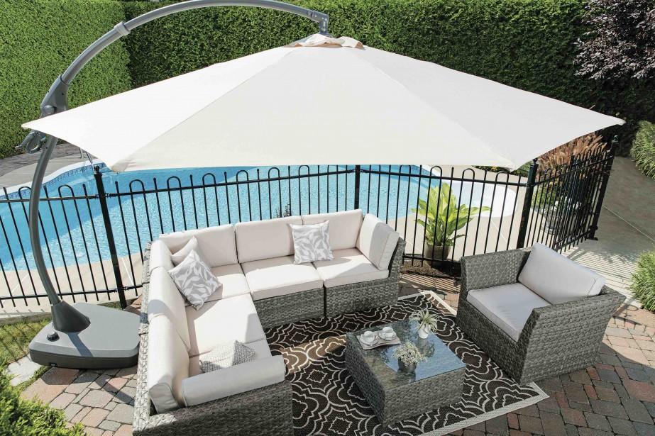 Les parasols blancs, <em>off white</em> et gris accompagnent désormais le mobilier extérieur gris ou en bois. Ici, celui de la collection Ibiza. (Photo fournie par Rona)