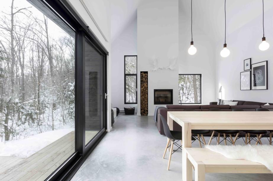 Un foyer réchauffe l'espace de vie. (Courtoisie Dave Tremblay)