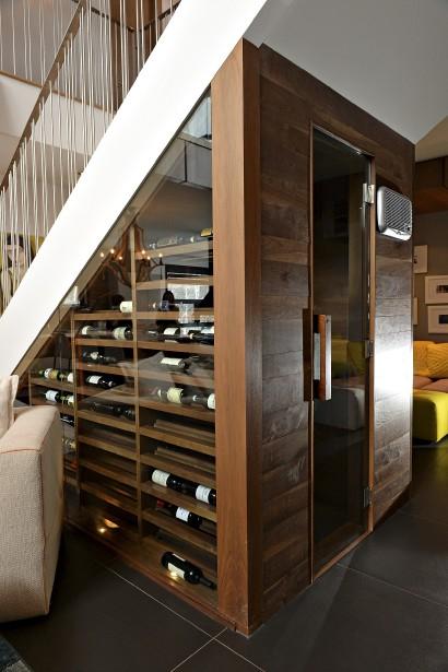 Le cellier a été construit sous l'escalier. Sesétagères sonten noyer. La température et l'humidité sont contrôlées grâce à un refroidisseur dela marque Koolr. (Le Soleil, Patrice Laroche)