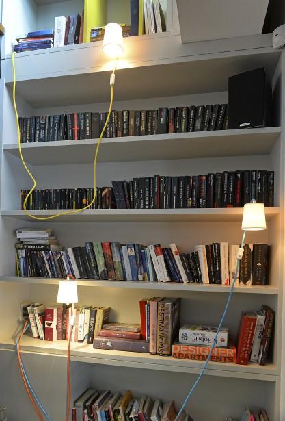 Ces lampes bibliothèques tiennent en place grâce à une palette de métal qu'on glisse sous les livres. Il y en a de pareilles au Cosmos Lebourgneuf. (Le Soleil, Patrice Laroche)