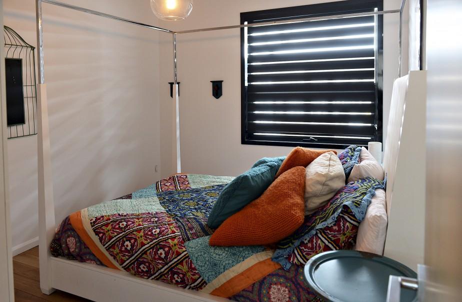 Les fenêtres de toutes les pièces, y compris celle de cette chambre d'amis, sont équipées de toiles alternées qui permettent de contrôler l'apport de lumière naturelle. (Le Soleil, Patrice Laroche)
