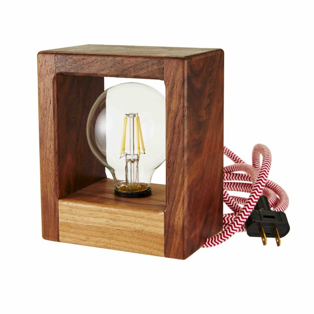 Une lampe avant-gardiste, un brin scandinave (Fournie par HomeSense)