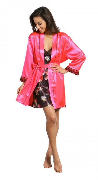 Kimono en satin rose avec bordure en dentelle sur une nuisette noire joliment fleurie. Kimono, 49,95$, nuisette, 39,95$, La Vie en Rose. (PHOTO FOURNIE PAR LA VIE EN ROSE)