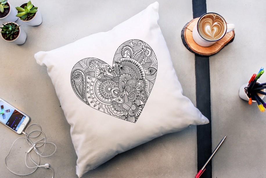 Coussin à colorier en coton «Mon coeur». Dimensions:... (PHOTO FOURNIE PAR À PLATE COUTURE)