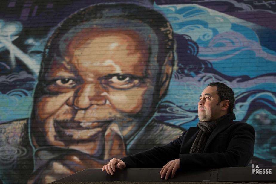 L'auteur Mauricio Segura devant la murale de la... (PHOTOIVANOH DEMERS, LA PRESSE)
