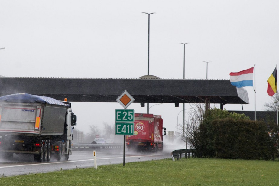Des camions passent la frontière entre la Belgique... (Photo Virginia Mayo, archives AP)