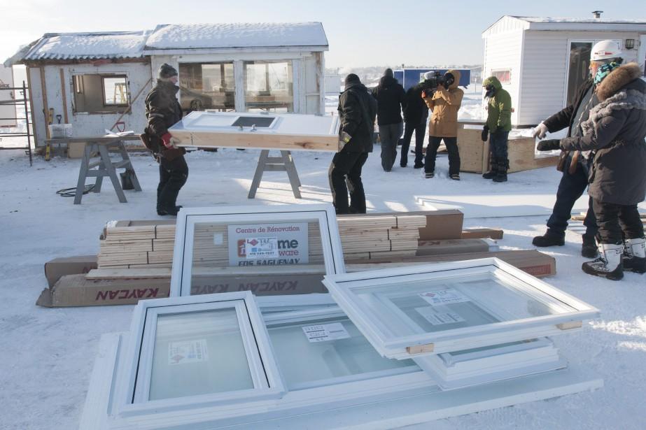 Travailleurs de la construction et équipes de tournage se côtoient sur le plateau glacé de l'Anse-à-Benjamin. (Photo Le Quotidien, Michel Tremblay)