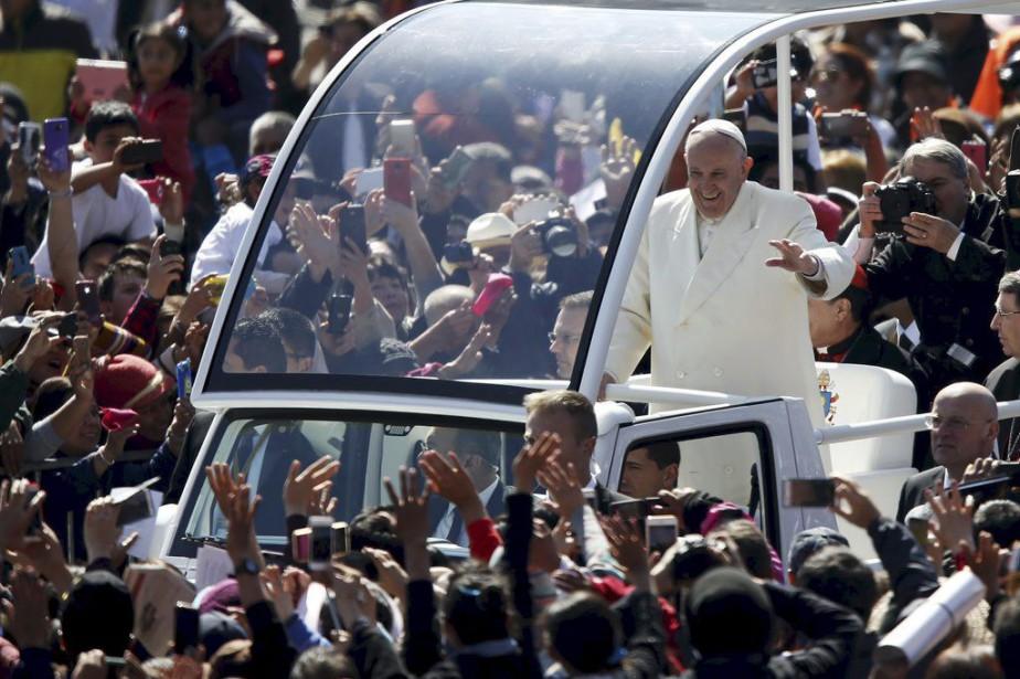 Le pape François a été accueilli triomphalement samedi... (PHOTO EDGARD GARRIDO, REUTERS)