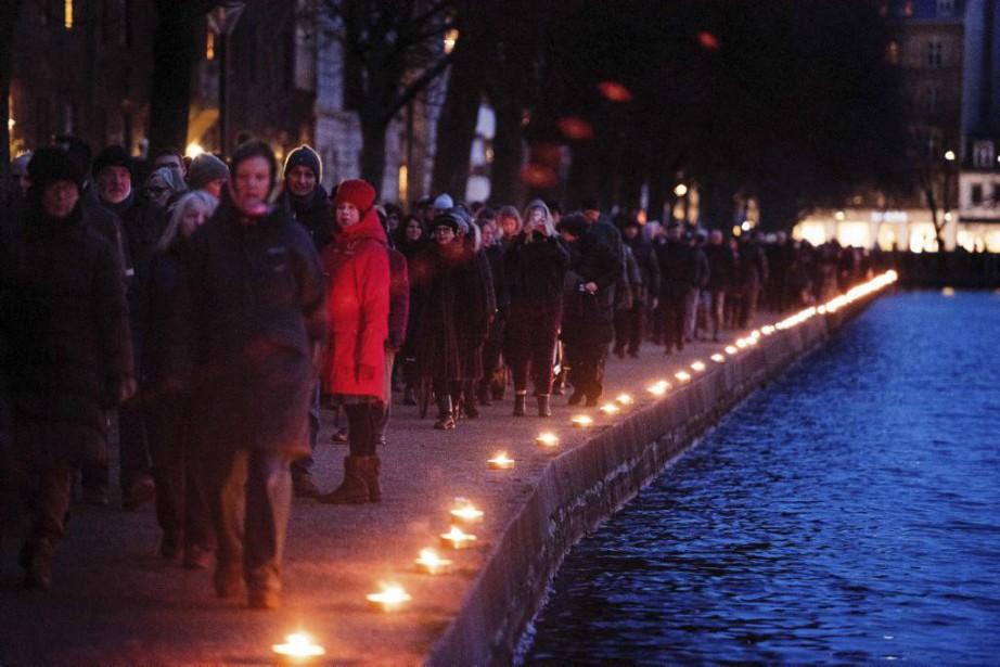 Les commémorations se sont achevées par une marche... (PHOTO CLAUS BECH, AFP)