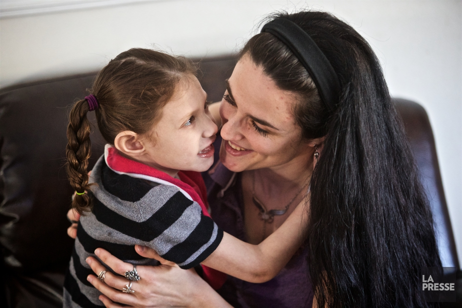 Bella, 5 ans, a une microcéphalie sévère liée... (PHOTO ANDRÉ PICHETTE, LA PRESSE)
