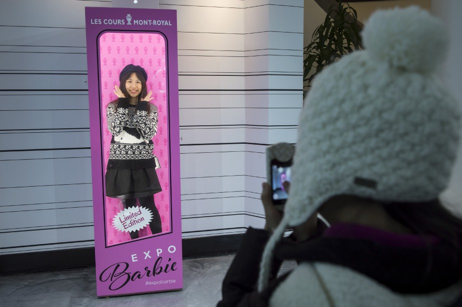 Il est possible de se faire photographier dans une boîte de poupée Barbie en visitant l'Expo Barbie. (La Presse Canadienne, Paul Chiasson)