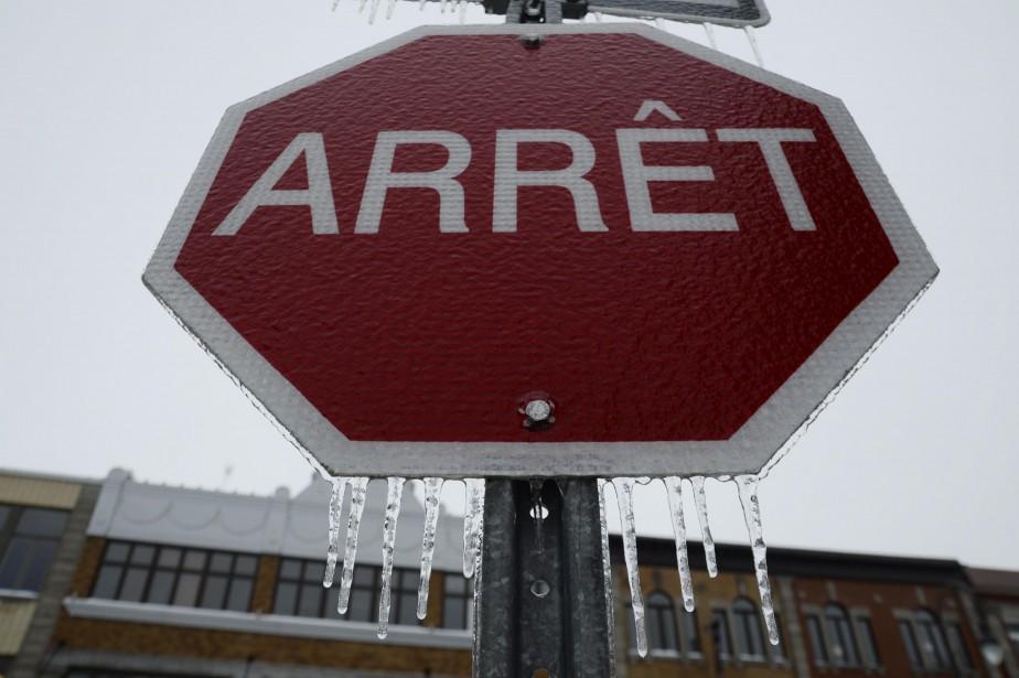 La pluie verglaçante a joliment décoré ce panneau arrêt. (Sylvain Mayer, Le Nouvelliste)