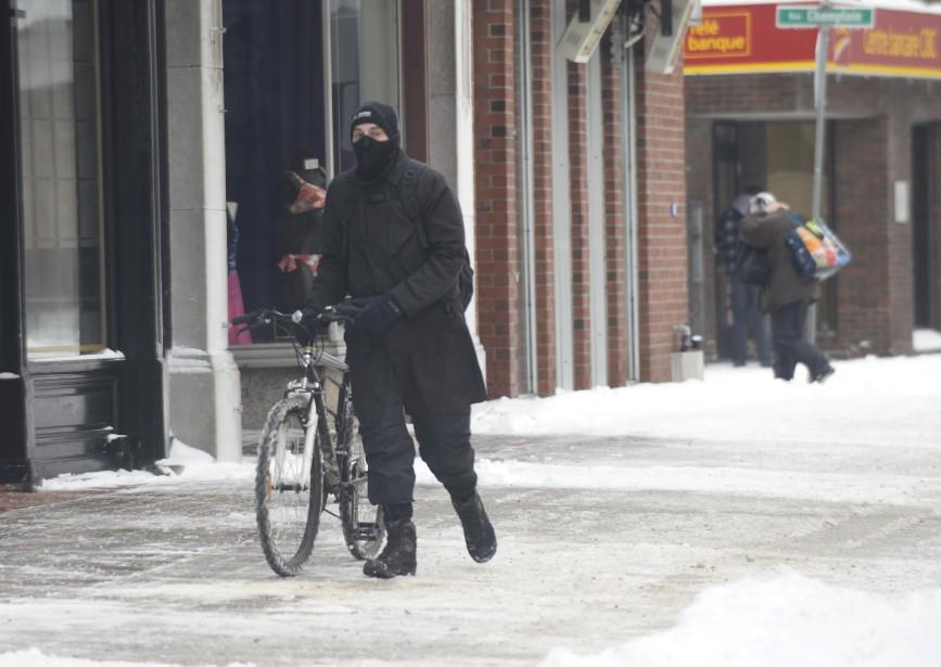 Ce cycliste a préféré marcher au centre-ville trifluvien. (Sylvain Mayer, Le Nouvelliste)