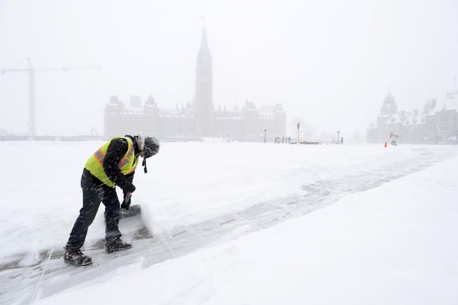 Plus de 49 cm de neige sont tombés sur la capitale fédérale, mardi, éclipsantle précédent record de 40,6cm, qui datait de1947. (Sean Kilpatrick, PC)