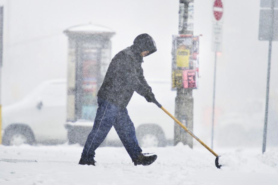 Plus de 49 cm de neige sont tombés sur la capitale fédérale, mardi, éclipsantle précédent record de 40,6cm, qui datait de1947. (Martin Roy, LeDroit)