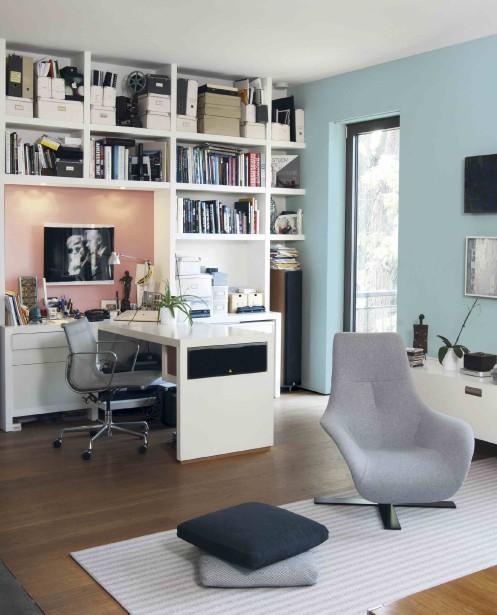 Le bleu, reconnu pour favoriser la concentration et augmenter la productivité, s'avère un bon choix dans un bureau à domicile. Ici sur le mur de droite, la nuance Courir çà et là (10BG 46/112) des peintures Dulux (Photo fournie par Dulux)