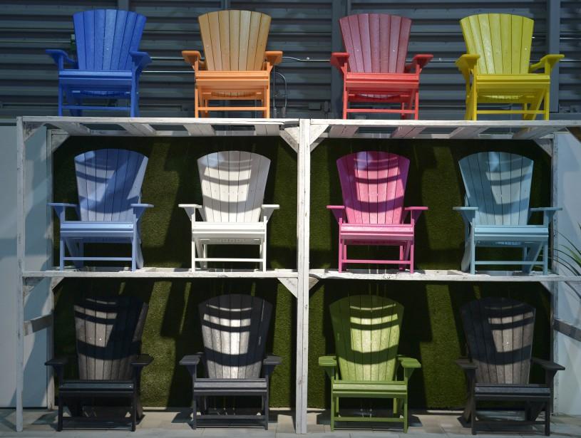Chaises Adirondack en PVC aux couleurs de l'arc-en-ciel deSigné Garneau (Le Soleil, Yan Doublet)