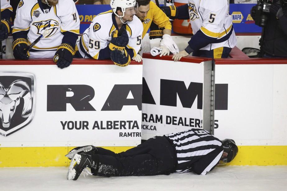 DennisWideman a bousculé le juge de ligne Don... (La Presse Canadienne, Jeff McIntosh)