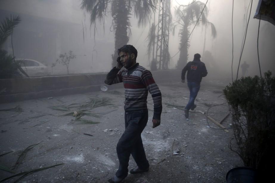 Premier prix catégorie Actualités: «Après les bombardement aériens en Syrie», de Sameer Al-Doumy, de l'Agence France-Presse, montre un homme blessé dans les rues d'Hamouria, en Syrie, en décembre 2015. (Fournie par World Press Photo)