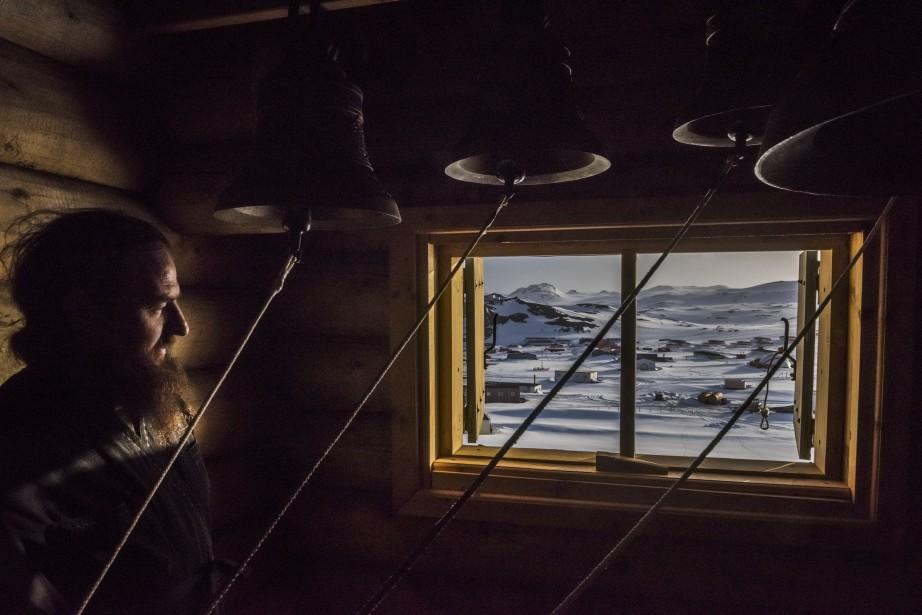 Premier prix catégorie Vie quotidienne: «L'avantage antarctique», de Daniel Berehulak du The New York Times, qui montre un prêtre regardant par la fenêtre du clocher de l'église orthodoxe russe de Fildes Bay, Antarctique. (Fournie par World Press Photo)