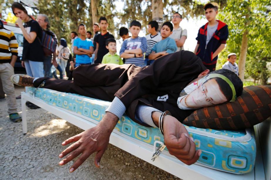 Un activiste personnifie Mohammed al-Qiq, journaliste en grève... (PHOTO ABBAS MOMANI, AFP)