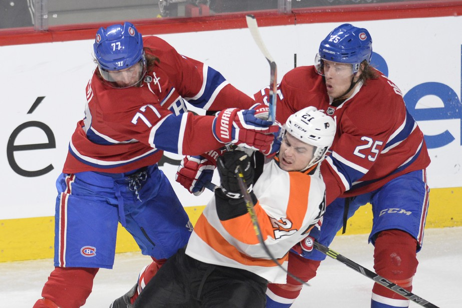 Tom Gilbert et Jacob De La Rose mettent en échec Scott Laughton. (PHOTO BERNARD BRAULT, LA PRESSE)