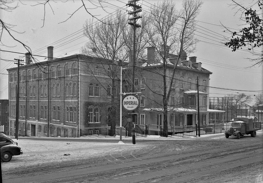 <strong>1943:</strong>Cette photo de l'École normale de Québec, à l'angle de chemin Sainte-Foy et de la rue Sherbrooke, rappellera bien des souvenirs à ceux qui ont fréquenté l'établissement consacré à la formation des enseignants du primaire. L'établissement appelé École normale Laval s'était établi dans cet immeuble, la villa Chinic, vers 1900, et y restera jusqu'en 1959 avant de déménager.<strong></strong> (Photo BAnQ, E6, S7, SS1, P15602 Neuville Bazin)