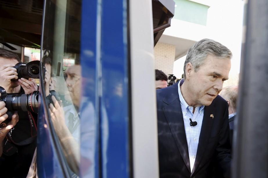 Jeb Bush monte dans son bus de campagne,... (Photo Rainier Ehrhardt, Reuters)