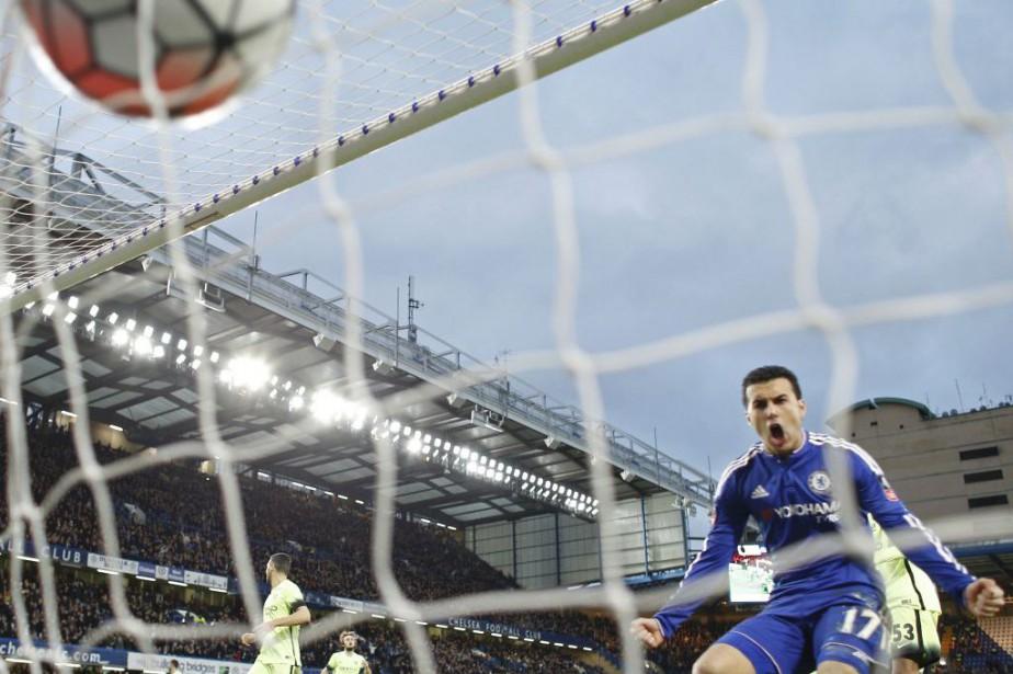 Pedro célèbre le but de Willian.... (PHOTO ADRIAN DENNIS, AFP)