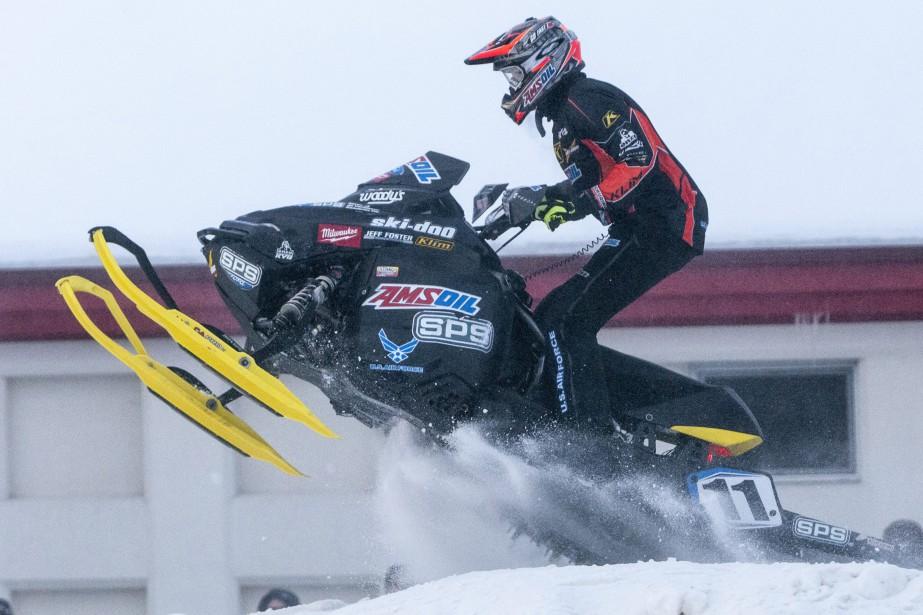 Dimanche, 70 pilotes ont rivalisé d'adresse et de vitesse sur une courte piste de 0,3 kilomètre aménagée devant la grande scène, lors du Snowcross Saguenay, sur la Zone portuaire de Chicoutimi. (Photo Le Quotidien, Michel Tremblay)