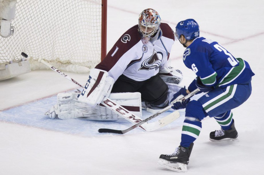 Jannik Hansen a déjoué deux fois Semyon Varlamov.... (PHOTO DARRYL DYCK, LA PRESSE CANADIENNE)