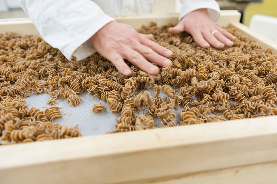 Dans sa machine, Alain Limon mélange la farine... (PHOTO AFP)