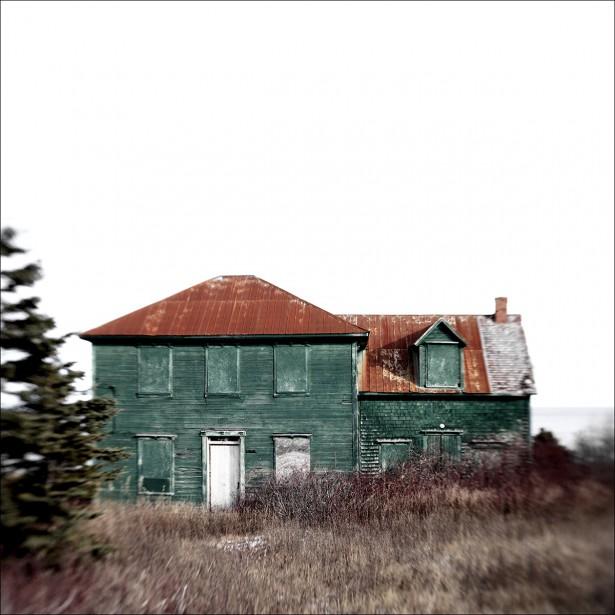 <em>Gaspésie human less </em>Partie I:Maisonno 17, Cap-des Rosiers<em></em>(tirage jet d'encre sur papier photorag, 30 x 30 po) (Guillaume D. Cyr et Yana Ouellet)