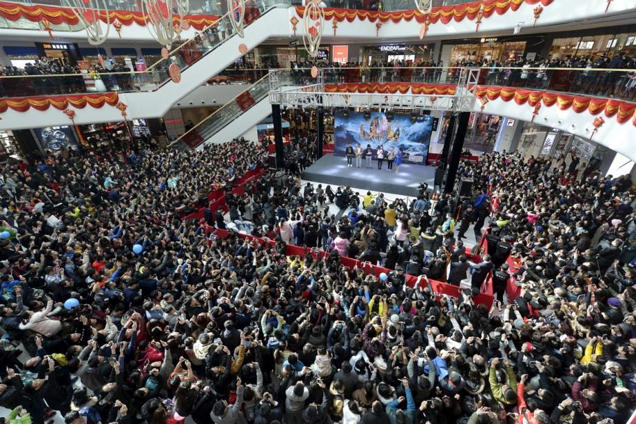 Une impressionnante foule attendait la venue de l'acteur-réalisateur... (PHOTO ARCHIVES REUTERS)