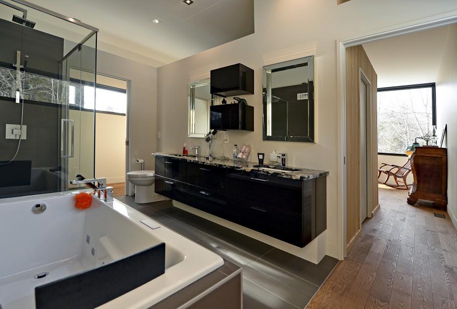 Cette salle de bain fait partie de la suite principale, à l'étage. (Le Soleil, Patrice Laroche)