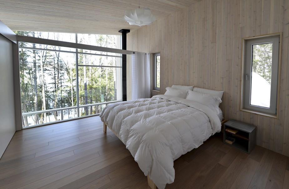 La chambre principale bénéficie des vastes fenêtres qui donnent sur le lac. (Le Soleil, Patrice Laroche)