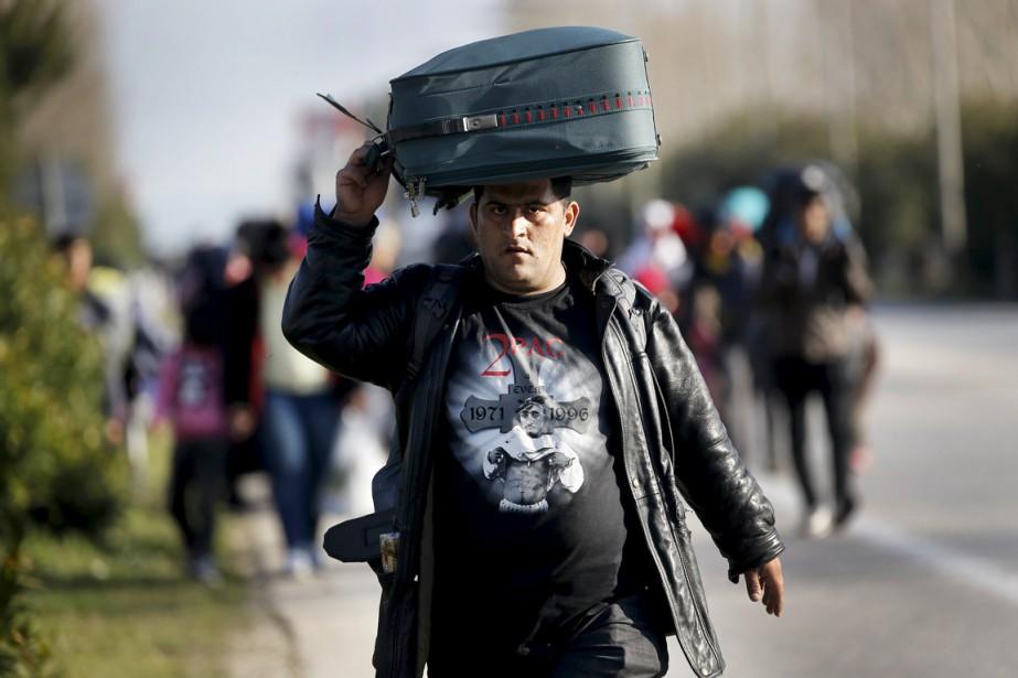 Jeudi, des centaines de réfugiés et migrants marchaient... (PHOTO YANNIS BEHRAKIS, REUTERS)