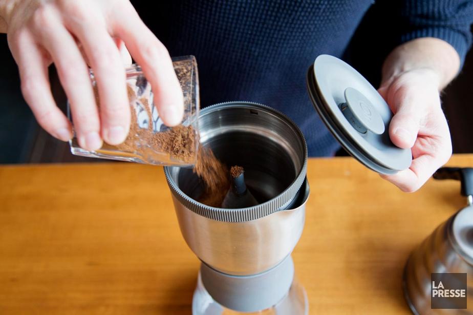 Le café fraîchement moulu est déposé dans la... (PHOTO ALAIN ROBERGE, LA PRESSE)