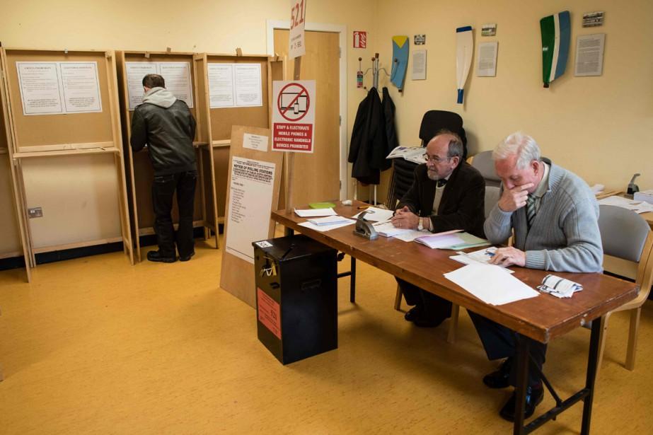 Un homme vote dans un bureau de Dublin,... (Photo LEON NEAL, AFP)