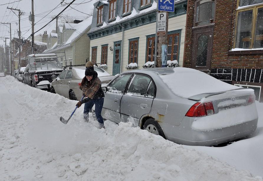 Marie-Pierre Morin de Gatineau n'avait qu'un bâton de hockey pour dégager sa voiture dans le quartier St-Roch ! (Le Soleil, Patrice Laroche)