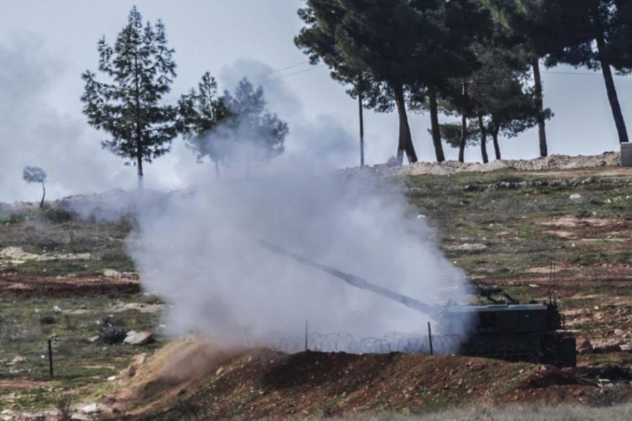 Des canons turcs ont effectué des tirs près... (PHOTO BULENT KILIC, AFP)